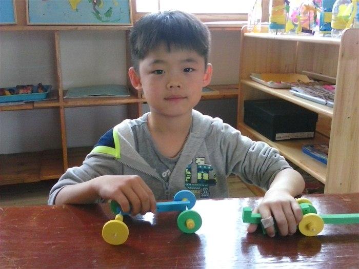看看孩子们自己动手制作的投石车吧,猜猜看,投石车投石的原理是什么