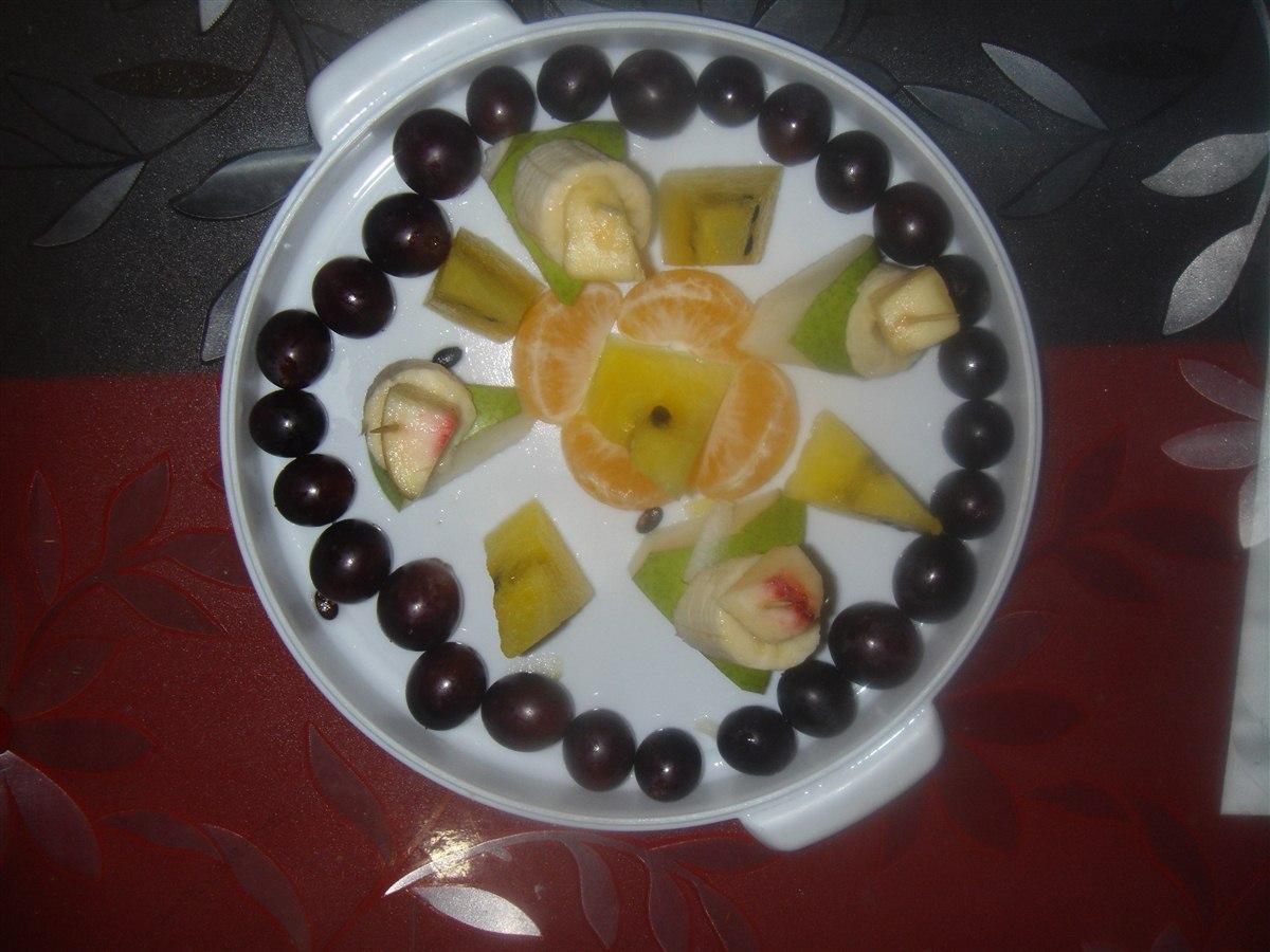闫阔 杜鸿儒/我的水果拼盘是由香蕉、西瓜、葡萄、橘子、桃子、梨子组成。他...