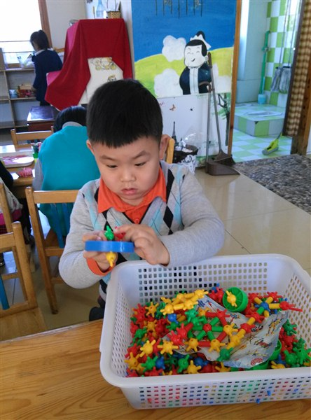 粘贴鱼鳞   百格板,   耐心的寻找中……   虽然我是男孩,但是刺刺   绣   绣也难不倒我,我正在做缝工呢!