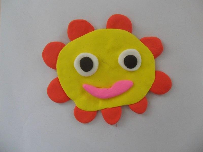 这是一年级小朋友利用彩泥制作的彩色太阳,展现了童年彩色的梦想.-