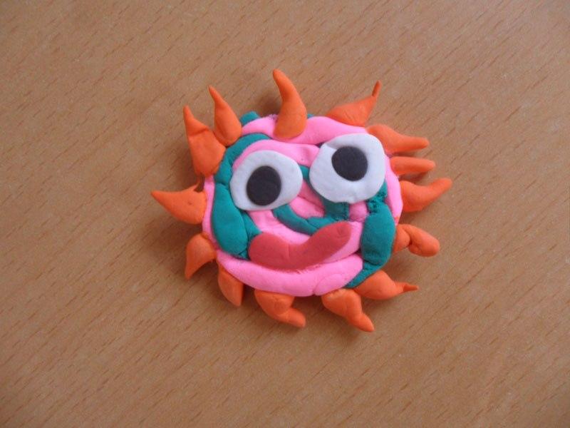 这是一年级小朋友利用彩泥制作的彩色太阳,展现了童年彩色的梦想.
